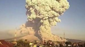"""""""Explosión"""" de volcán lanza cenizas...¡a más de 3 km!"""