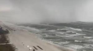 Tromba marina entra en la costa y...¡se convierte en tornado!